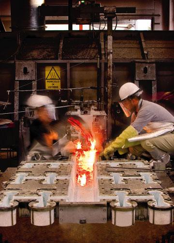 fase di gestione della colata dell'alluminio fuso negli stampi